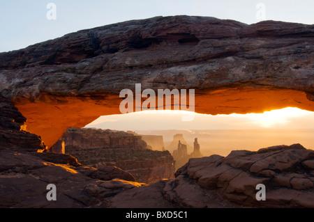 Lever du soleil à Mesa Arch dans Canyonlands National Park, en Utah. Banque D'Images