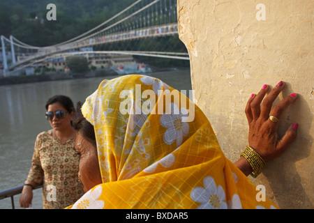Deux femmes indiennes sur le Gange à Rishikesh, Uttarakhand, Inde. Banque D'Images
