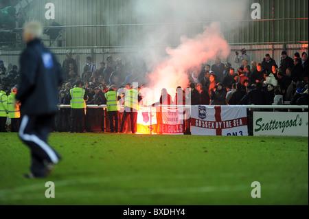 Le club de football de Woking, stewards se précipiter au loin fans après que l'un d'eux vous permet de désactiver une poussée après le match terminé