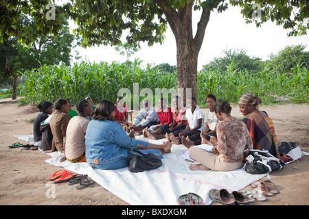 Les femmes assistent à une réunion communautaire à Dodoma, Tanzanie, Afrique de l'Est. Banque D'Images