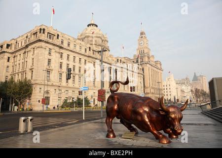 Le Bund Bull à Shanghai, Chine. Le Taureau statue a été réalisé spécialement pour le Bund place financière Banque D'Images