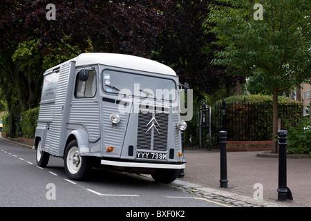 Citroën gris H vintage van stationné dans la rue de Londres.