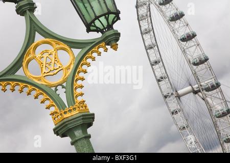 Vue sur le London Eye à partir de Westminster Bridge avec un détail d'un lampadaire en premier plan. Banque D'Images
