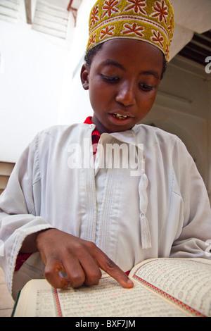 Boy reading le Coran,(1570) Mosquée Mandhry, Vieille Ville Mombasa, Kenya Banque D'Images