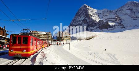 Jungfraujoch train à Kleiner Scheidegg en hiver avec l'Eiger (à gauche) puis le Mönch Montagnes. Alpes suisses La Banque D'Images