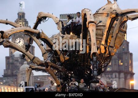 'La Princesse' à Liverpool au cours de la capitale de la Culture Célébrations avec le Liver Building en arrière-plan.