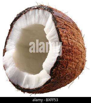 La moitié de la noix de coco est isolé sur un fond blanc. Fichier contient un chemins de détourage. Banque D'Images