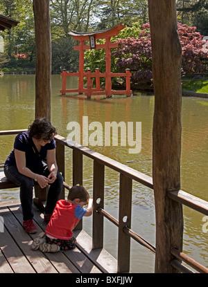 Une mère et son fils passer un moment tranquille dans le Jardin botanique de Brooklyn avec le torii japonais dans Banque D'Images