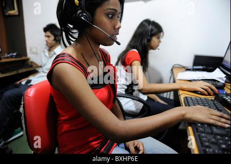 Asie du Sud Inde Mumbai Calcutta , les jeunes femmes travaillent dans le centre d'appel nous appelant ou client britannique