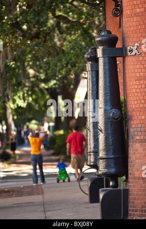 Canons historiques monté à l'entrée vers SCAD à Savannah, Géorgie, USA. Banque D'Images