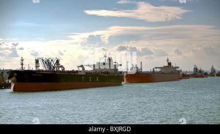 Ligne de transporteurs de pétrole brut à côté quai jetées de l'huile Esso Fawley Southampton