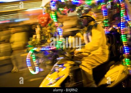 Un homme conduit une voiture rue décorées au cours de fêtes Patrias (célébrations de l'indépendance) à Lima, Pérou, Banque D'Images