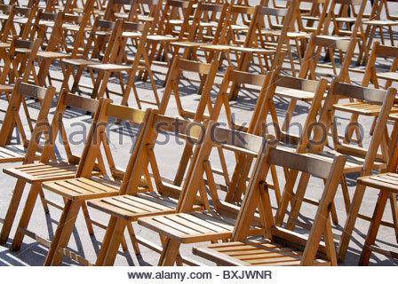 Chaises en bois dans la rue, prête pour le spectacle Banque D'Images
