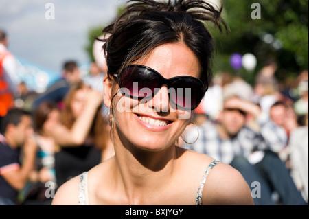 Belle jeune femme turque portant des lunettes, London, England, UK Banque D'Images
