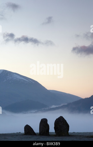 Trois des pierres de la cercle de pierres de Castlerigg, sur une aube glaciale. Dans le Lake District, Cumbria, Banque D'Images