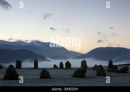 Sur un cercle de pierres de Castlerigg frosty dawn. Dans le Lake District, Cumbria, England, UK Banque D'Images