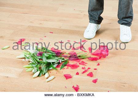 Jeune homme avec un vase de fleurs sur marbre Banque D'Images