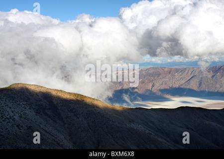Les nuages se forment au-dessus du bassin de Badwater dans Death Valley National Park vu de Mohogany à plat. Banque D'Images