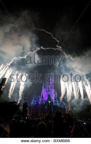 D'artifice dans le parc à thème Magic Kingdom, Orlando, Floride Banque D'Images