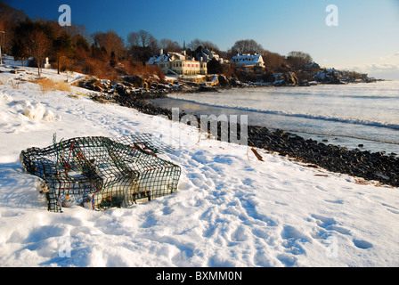 Un casier à homard jetés idole se trouve en hiver le long d'une plage déserte à York, Maine Banque D'Images