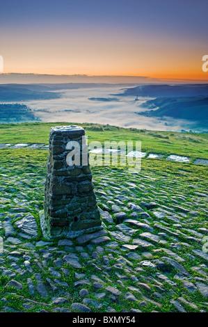 Vue sur la vallée de l'espoir de Mam Tor au lever du soleil, parc national de Peak District, Derbyshire, Angleterre, Banque D'Images