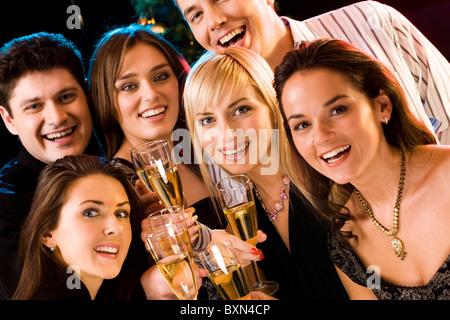 Portrait de plusieurs amis levant leurs verres Banque D'Images