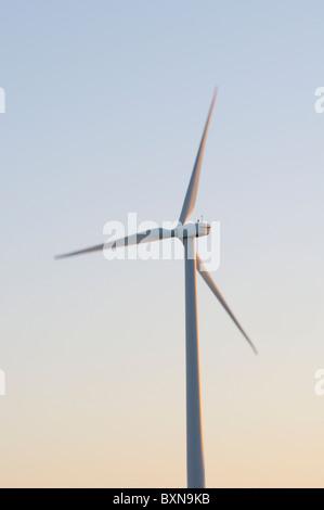 À l'aube de turbine éolienne Banque D'Images