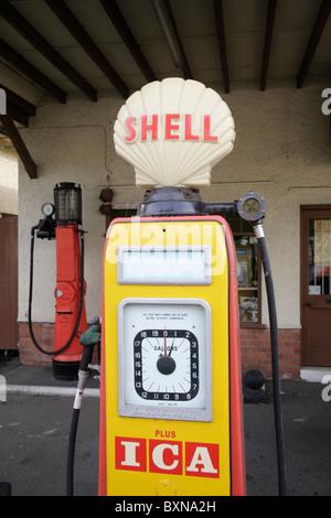 Ancienne pompe à essence shell à l'ancienne station de charge maintenant un motor museum Colyford près de Seaton Banque D'Images