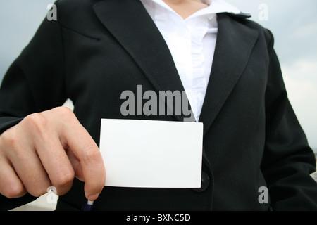 Femme d'affaires détenant une carte d'affaires. Banque D'Images