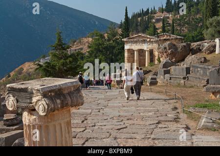 Le site archéologique de Delphes, Grèce, avec le Conseil du Trésor des Athéniens dans la distance Banque D'Images