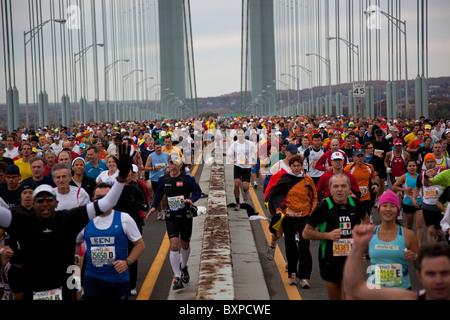 Porteur traversant le pont Verrazano au cours de la New York City Marathon 2009 Banque D'Images