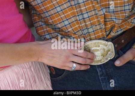 Girl Touching Mans la boucle de ceinture de sécurité Banque D'Images