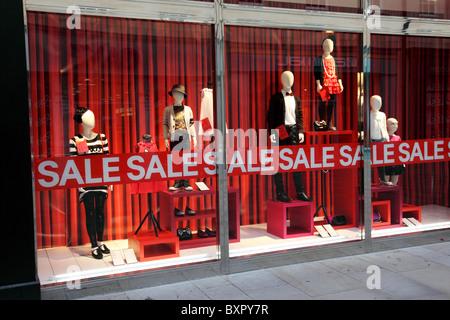 High street shop fenêtre affichant la vente en janvier. Banque D'Images