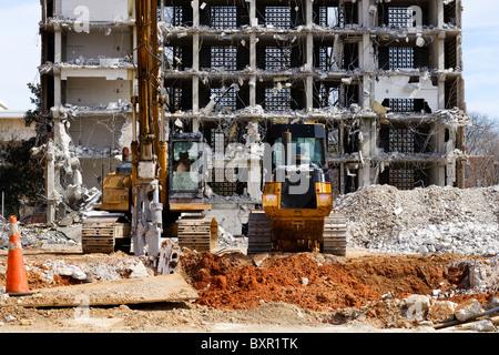 Un bulldozer et un excavateur atteindre à l'emplacement de l'ancien dortoir des tours sur le campus de l'USC à Columbia, Banque D'Images