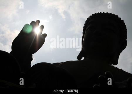 La statue du Grand Bouddha Tian Tan sur l'île de Lantau à Hong Kong, Chine Banque D'Images