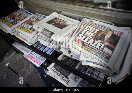 Les titres des journaux de New York le 2 janvier 2011, le jour d'après l'ancien procureur général NYS Andrew M. Cuomo a prêté serment