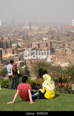 Deux couples de jeunes Égyptiens du Caire (Caire) s'entendre sur une colline donnant sur le vieux Caire.