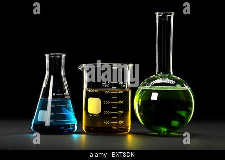 Verrerie de laboratoire avec des liquides de différentes couleurs Banque D'Images