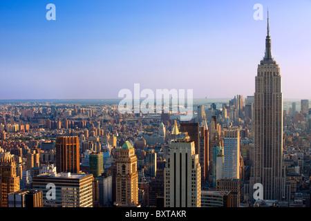 Vue en fin d'après-midi sur l'Empire State Building et la ligne d'horizon de Manhattan, New York City, États-Unis