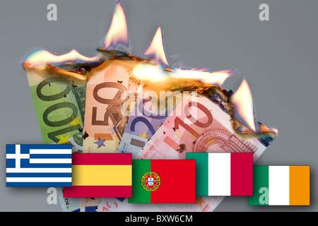 Billets de banque en feu de la crise monétaire attendue EUR effondrement de l'euro photo son drapeau symbole de Banque D'Images
