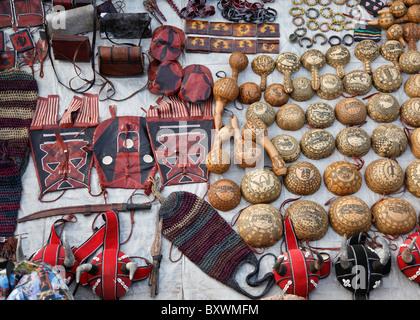 Deux fois par an lors du 12e Salon International de l'artisanat de Ouagadougou (SIAO) au Burkina Faso, les vendeurs vendent divers objets artisanaux.