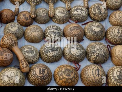 Deux fois par an au Salon International de l'artisanat de Ouagadougou SIAO au Burkina Faso fournisseurs proposent des calebasses calebasses et sculpté