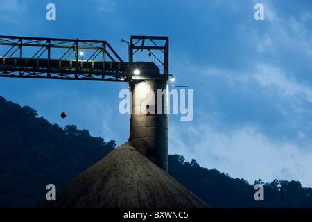 USA, West Virginia, Londres, tas de charbon à l'usine de l'entreprise de charbon de mammouth dans les Appalaches Banque D'Images