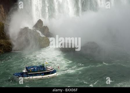 L'aide de la Brume 'V' Bateau de tourisme de quitter la base de la 'Horseshoe Falls', partie de Niagara Falls en Banque D'Images