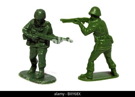 Deux petits soldats en plastique sur un fond blanc Banque D'Images