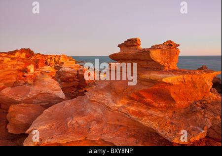 Falaises pindan rouge au coucher du soleil, Gantheaume Point, Broome, Kimberley, Australie occidentale Banque D'Images