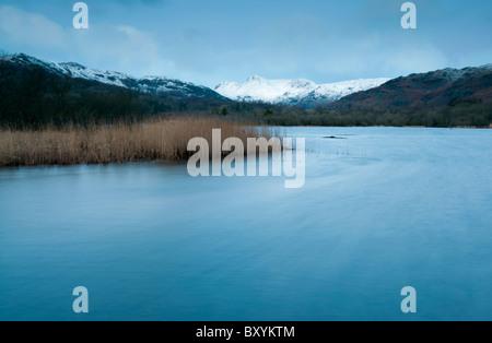 Une longue exposition à l'aube d'hiver de Lake Road dans la grande vallée de Langdale, Lake district Banque D'Images
