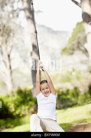 Fille se balançant sur corde Banque D'Images