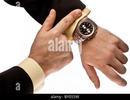 La main de l'homme dans l'action dirigée sur sa montre Banque D'Images