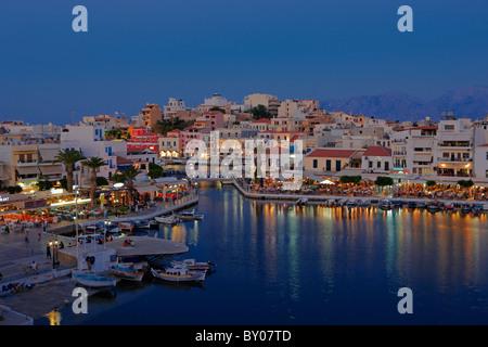Vue du lac Voulismeni et Agios Nikolaos ville illuminée la nuit. Crète, Grèce. Banque D'Images